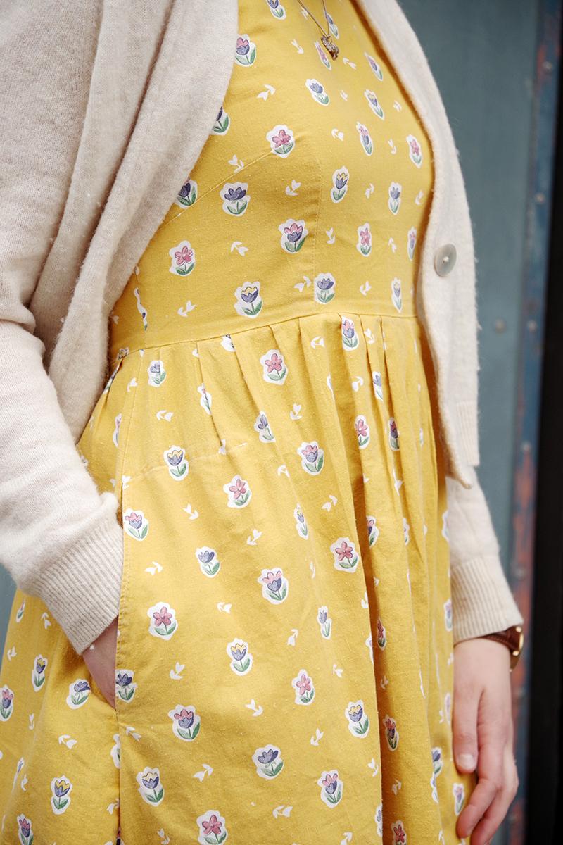 Gul klänning med tulpaner, sydd av Alicia Sivertsson - www.aliciasivert.se Foto av Andreas Fagerström. Mönster: New Look 6262 från Simplicity, återbrukat tyg second hand loppis tradera sy sydd sytt sömnad klädsömnad egna kläder klänningar