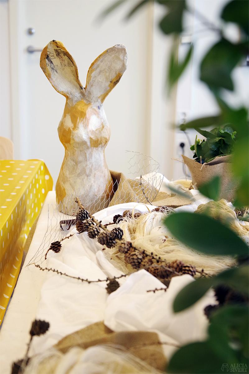 Påskstilleben av Alicia Sivertsson - www.aliciasivert.se // kanin i papier-maché påsk