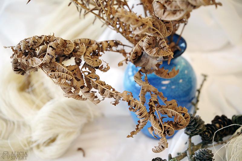 Påskstilleben av Alicia Sivertsson - www.aliciasivert.se // torkade ormbunkar i blå vas påsk