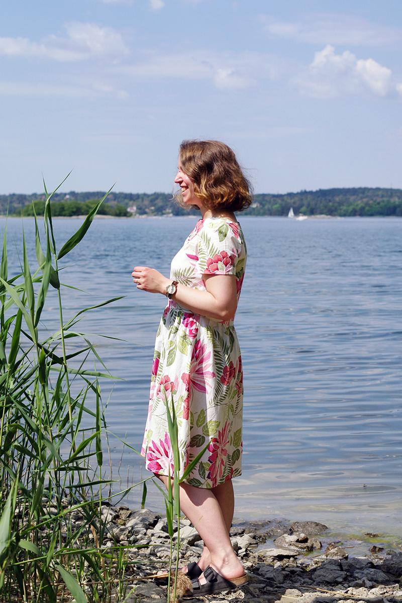 Storblommig klänning i vitt och rosa, sydd av Alicia Sivertsson efter mönstret 6262 från Simplicity New Look - www.aliciasivert.se // maj förra året