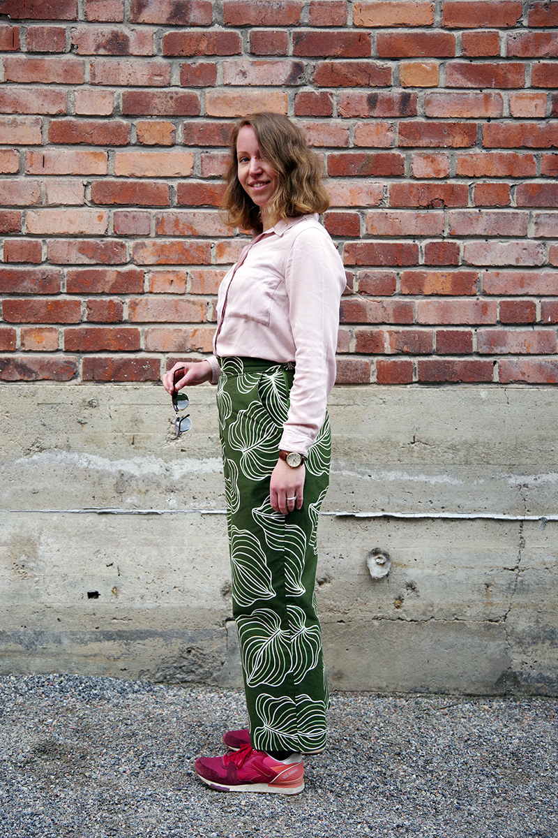 Gröna byxor med bladmönster, sydda av Alicia Sivertsson - www.aliciasivert.se, foto av Andreas Fagerström