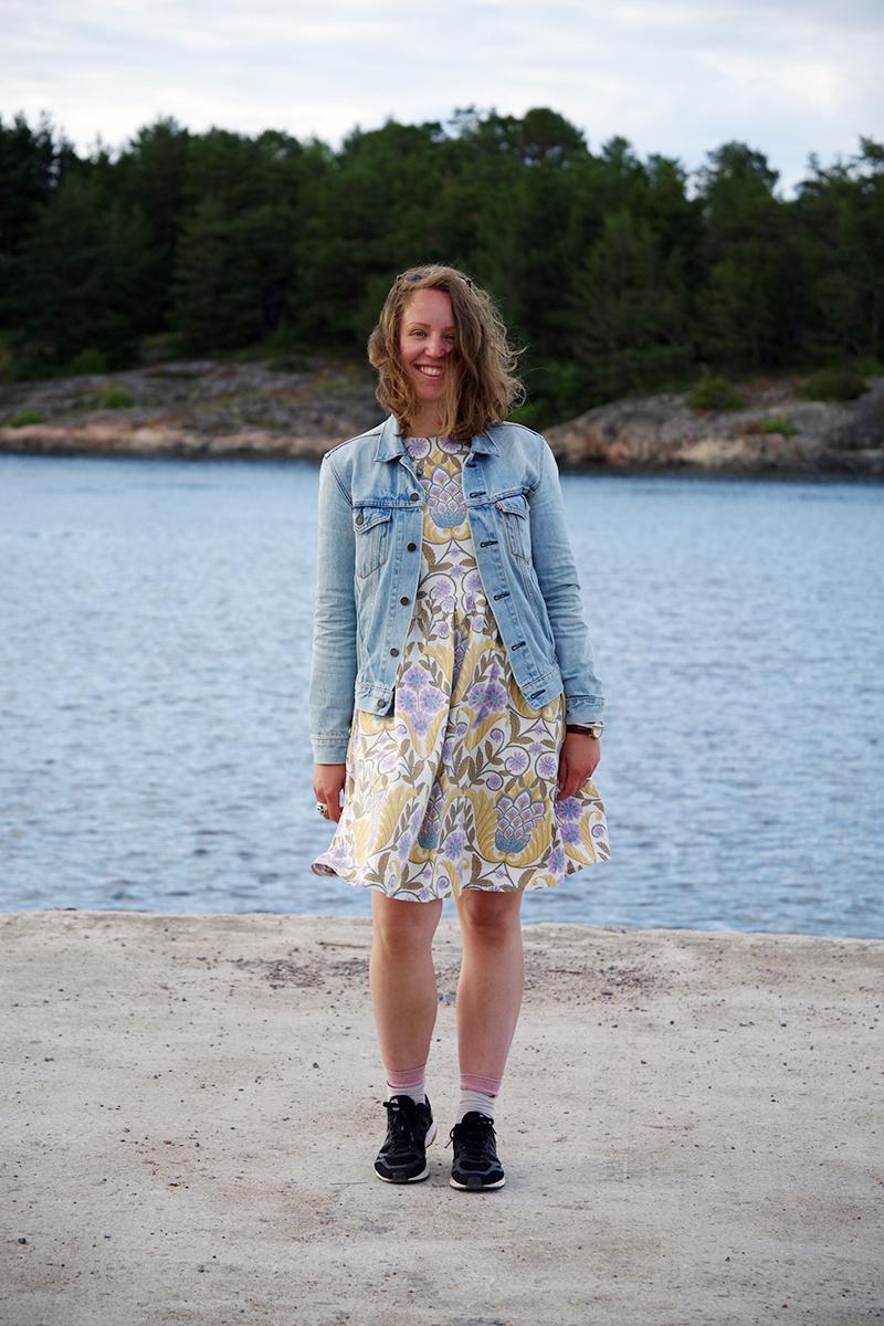 Sommaräng-klänningen: Alicia Sivertsson i hemsydd klänning i gult och lila, foto av Cecilia Rang - www.aliciasivert.se