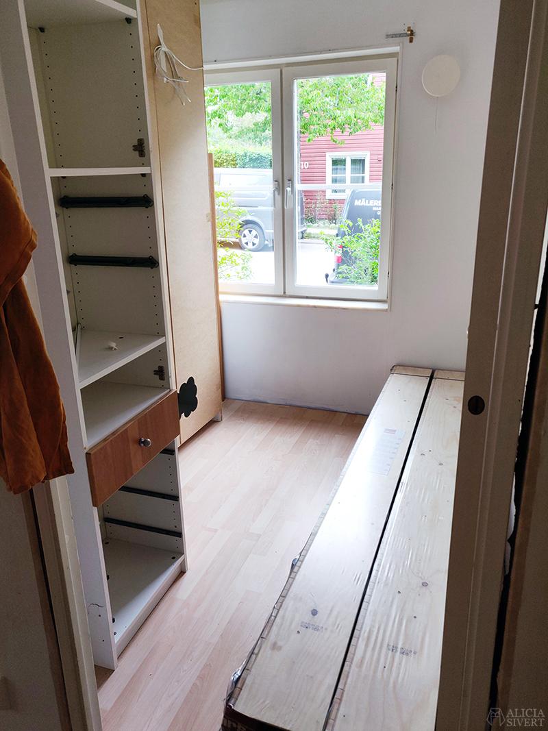 Förvaring av garderober under renovering - www.aliciasivert.se