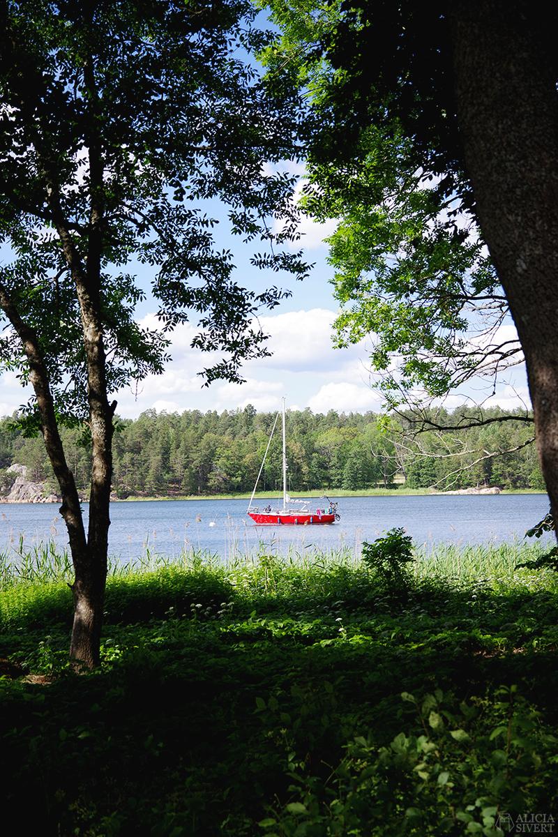 Röd båt i Farstaviken - www.aliciasivert.se