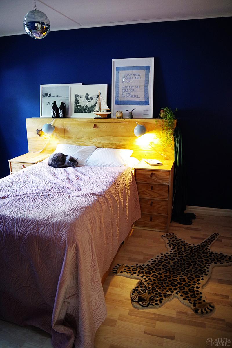 Hembyggd säng med huvudgavel och förvaring under // Sovrummet just nu - www.aliciasivert.se