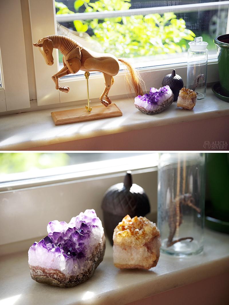 Ateljén just nu - www.aliciasivert.se // häst hästmodell teckning sten stenar ametist mineral glasburk sjöhäst