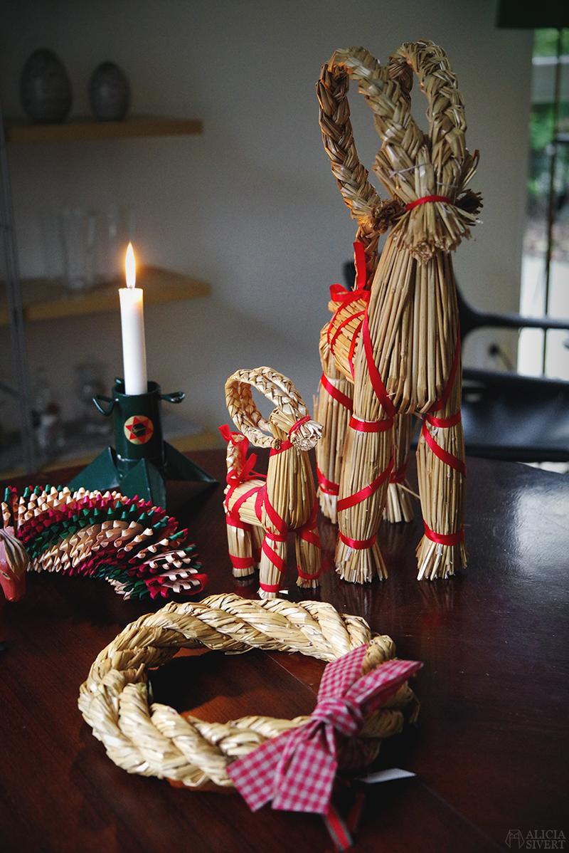 Julens första loppisfynd - www.aliciasivert.se // jul loppis begagnade julsaker begagnat julpynt pynt hållbart återbruk återanvändning second hand halmbock julbock Stjärnan julgransfot som ljusstake girlang halmkrans krans kransstomme