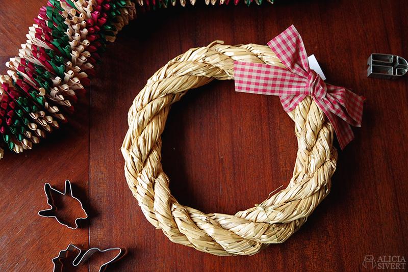 Julens första loppisfynd - www.aliciasivert.se // jul loppis begagnade julsaker begagnat julpynt pynt hållbart återbruk återanvändning second hand pepparkaksformar girlang halmkrans krans halm kransstomme
