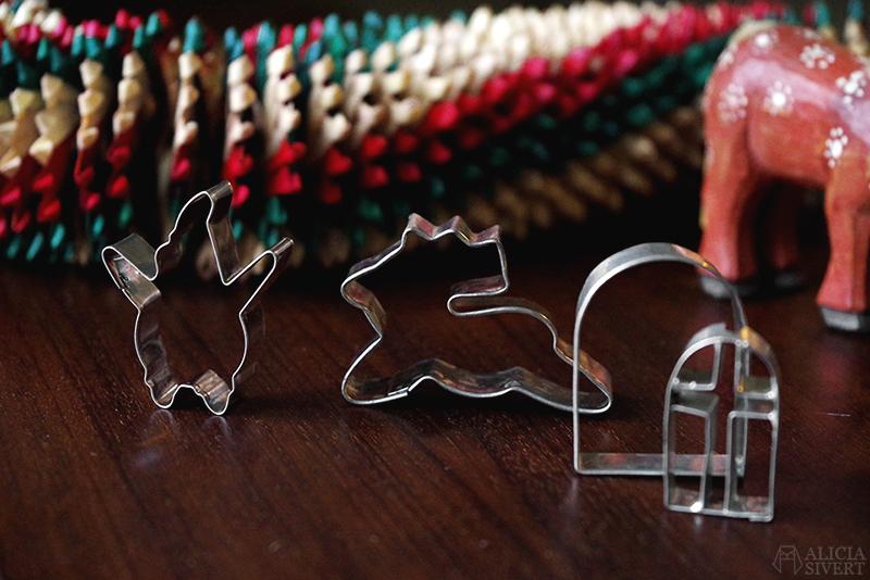 Julens första loppisfynd - www.aliciasivert.se // jul loppis begagnade julsaker begagnat julpynt pynt hållbart återbruk återanvändning second hand pepparkaksformar ren tomte fönster pepparkakshus