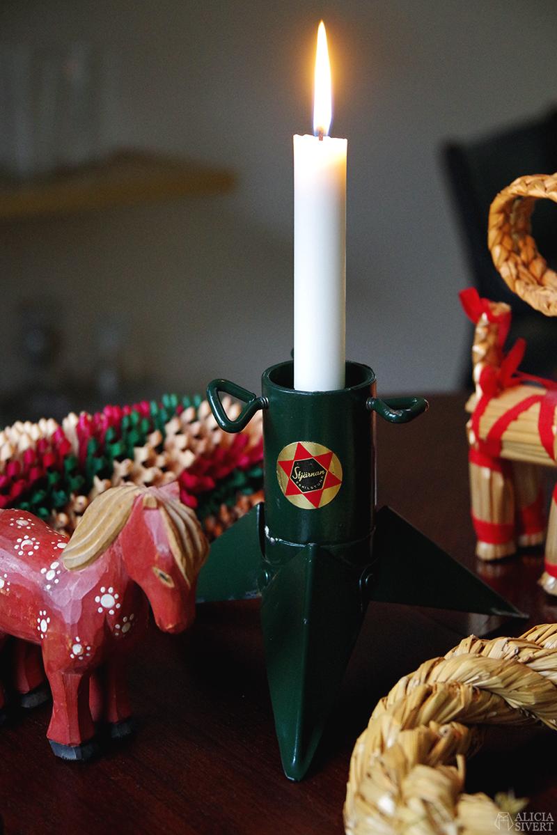 Julens första loppisfynd - www.aliciasivert.se // jul loppis begagnade julsaker begagnat julpynt pynt hållbart återbruk återanvändning second hand häst i trä trähäst halmbock julbock pepparkaksformar Stjärnan julgransfot som ljusstake girlang halmkrans krans kransstomme