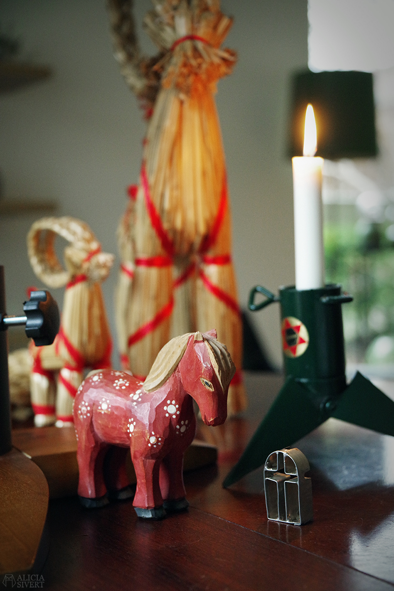 Julens första loppisfynd - www.aliciasivert.se // jul loppis begagnade julsaker begagnat julpynt pynt hållbart återbruk återanvändning second hand häst i trä trähäst halmbock julbock pepparkaksformar Stjärnan julgransfot som ljusstake