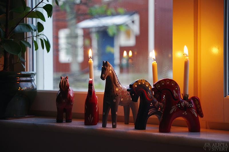 Mitt lilla julstall - www.aliciasivert.se // hästar i trä häst trähäst trähästar loppis begagnad begagnade dalahäst ljusstake staffanshäst rättvikshäst rättvikshästen john gudmunds slöjd rättvik begagnat julpynt hantverk