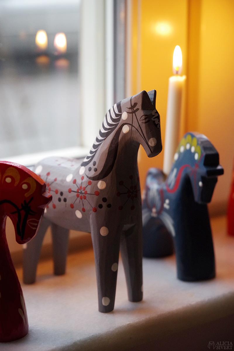 Rättvikshästen, Mitt lilla julstall - www.aliciasivert.se // hästar i trä häst trähäst trähästar loppis begagnad begagnade dalahäst ljusstake staffanshäst rättvikshäst rättvikshästen john gudmunds slöjd rättvik begagnat julpynt hantverk