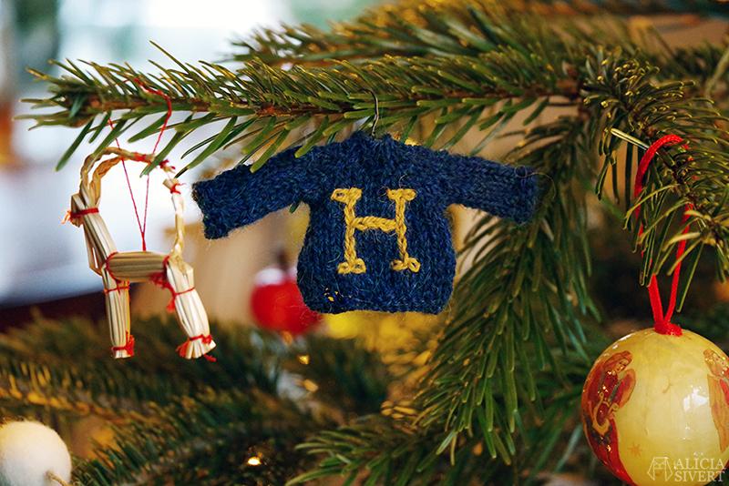 Stickade Weasleytröjor i miniatyr - www.aliciasivert.se // harry potter fan art jul julgran julgranspynt weasley weasleytröja weasleytröjor tröja tröjor sticka stickning mini hermione granger