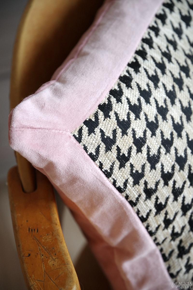 Kudde i hundtandsmönster och rosa sammet, återbruksmaterial. Sydd av Alicia Sivertsson - www.aliciasivert.se // begagnad begagnat material återbruk sy sytt sydd sömnad hundtand svartvitt ateljén