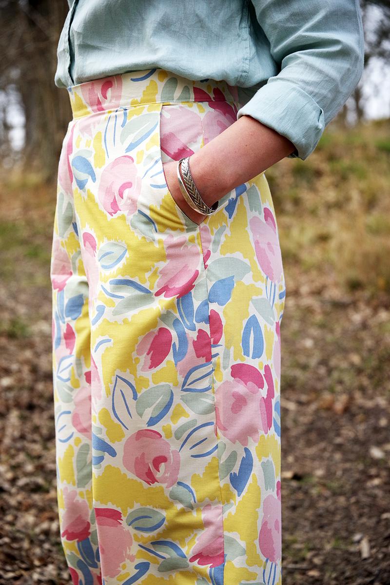 Blommiga vårbyxor i gult, rosa och blått. Sydda i återbrukat Laura Ashley-tyg av Alicia Sivertsson - www.aliciasivert.se // Byxmönster av Ethel Jonsson, foto av Andreas Fagerström. återbruk sy sömnad loppat loppistyg begagnat sy kläder skapa egna skapande textil klädsömnad byxa byxor vårig våriga