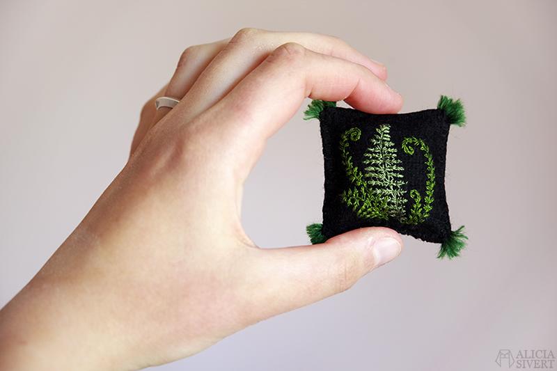 Kudde med broderade ormbunksblad i miniatyr av Alicia Sivertsson. Första byggveckan med Muminhuset - www.aliciasivert.se