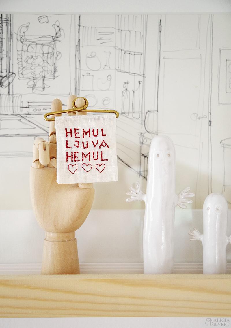 Hemul ljuva hemul, broderad bonad miniatyr av Alicia Sivertsson. Hattifnattar i keramik av Thea Holmqvist. Första byggveckan med Muminhuset - www.aliciasivert.se