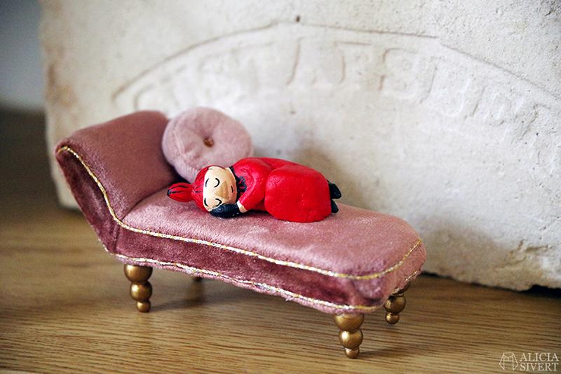 Lilla My i Snorkfrökens divan, miniatyr av Alicia Sivertsson. Första byggveckan med Muminhuset - www.aliciasivert.se