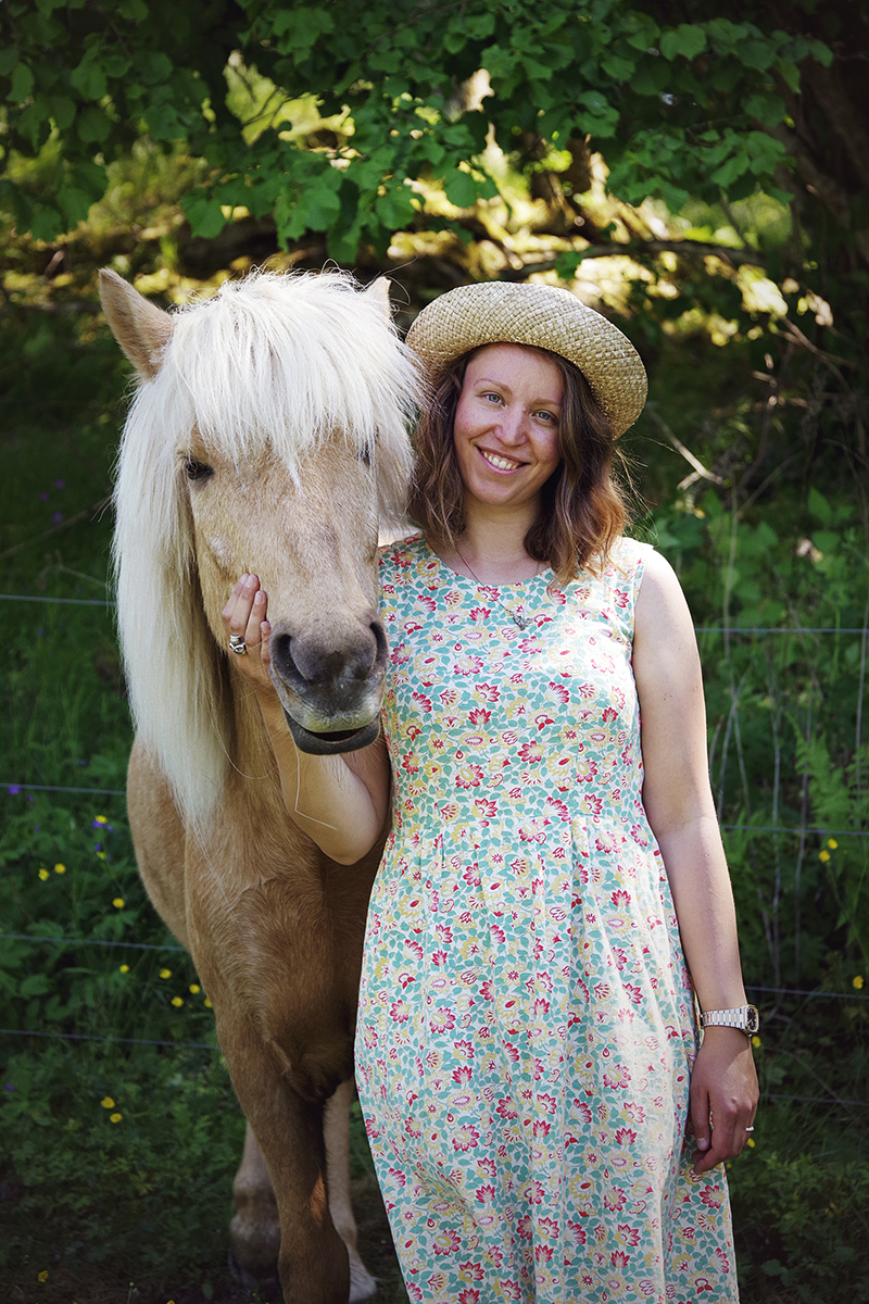 aliciasivert.se alicia sivert aliciasivert sivertsson sy egna kläder klädsömnad sytt sydd sömnad kläd klänning återbruk begagnat tyg skapa själv diy blommig blommor blommigt häst ponny islandshäst isabellfärgad isabell hatt