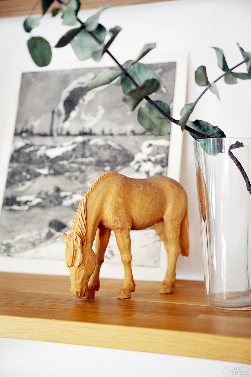 Trähäst av Ivan Fisk på hylla i massiv ek med konsoler, loppisfynd - www.aliciasivert.se // loppis fynd trähylla reglerbar höj- och sänkbar häst
