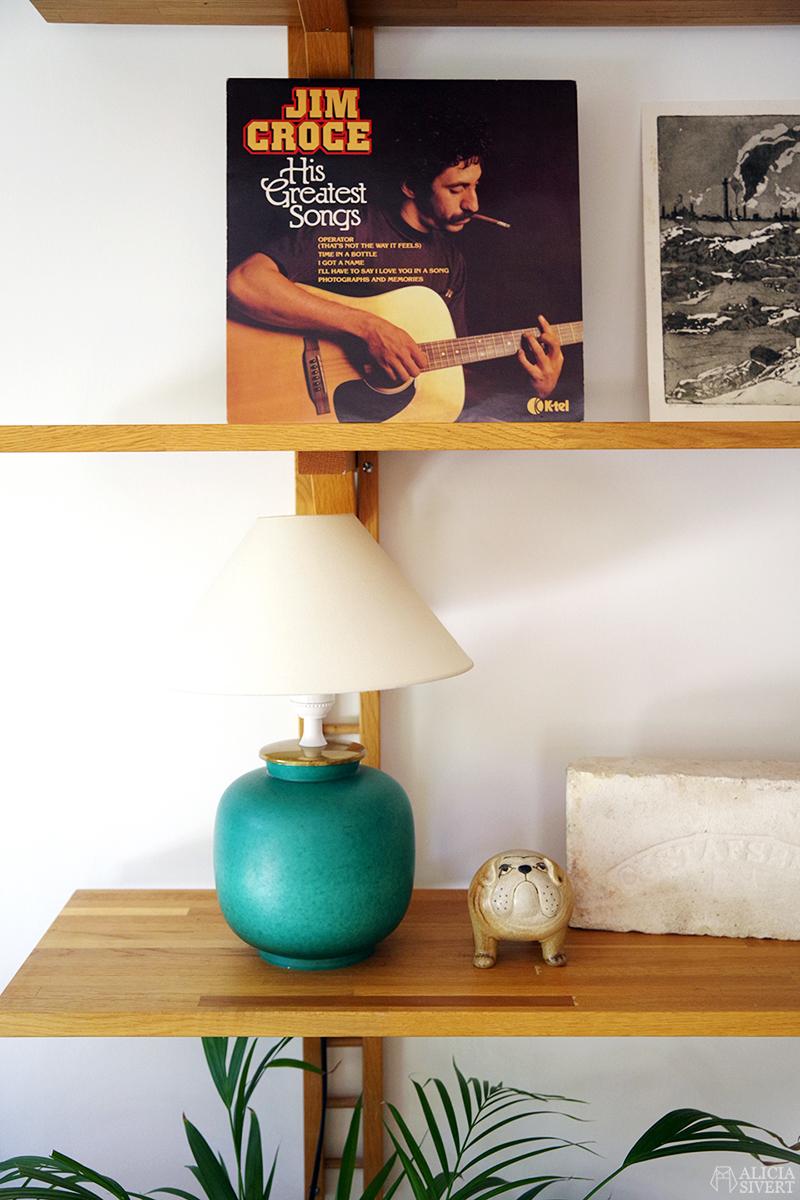 Kåge-lampa och Lisa Larson-bulldogg från Gustavsberg på hylla i massiv ek med konsoler, loppisfynd - www.aliciasivert.se // loppis fynd trähylla reglerbar höj- och sänkbar wilhelm kåge vas argenta utan silver turkos lampfot keramik jim croce lp vinyl skiva