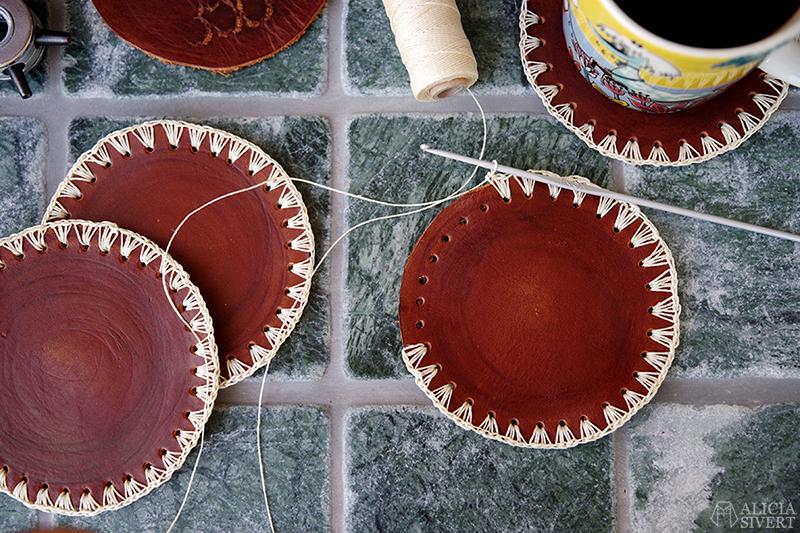 Handgjorda glasunderlägg i läder med virkad kant av vaxad lintråd. Skapade av Alicia Sivertsson - www.aliciasivert.se // hantverk handgjort handgjord glas underlägg skinn coaster coasters