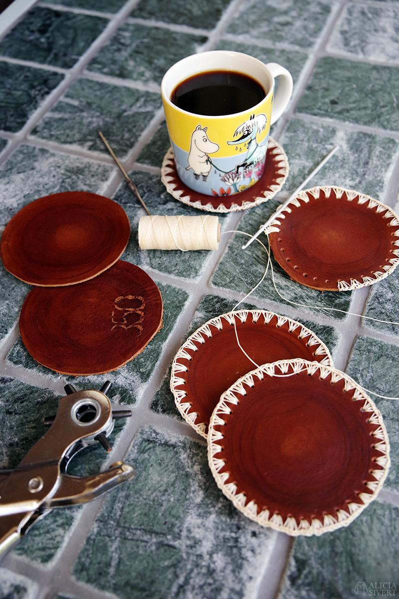 Handgjorda glasunderlägg i läder med virkad kant av vaxad lintråd. Skapade av Alicia Sivertsson - www.aliciasivert.se // hantverk handgjort handgjord glas underlägg skinn coaster coasters Mumin Muminmugg Primadonnans häst