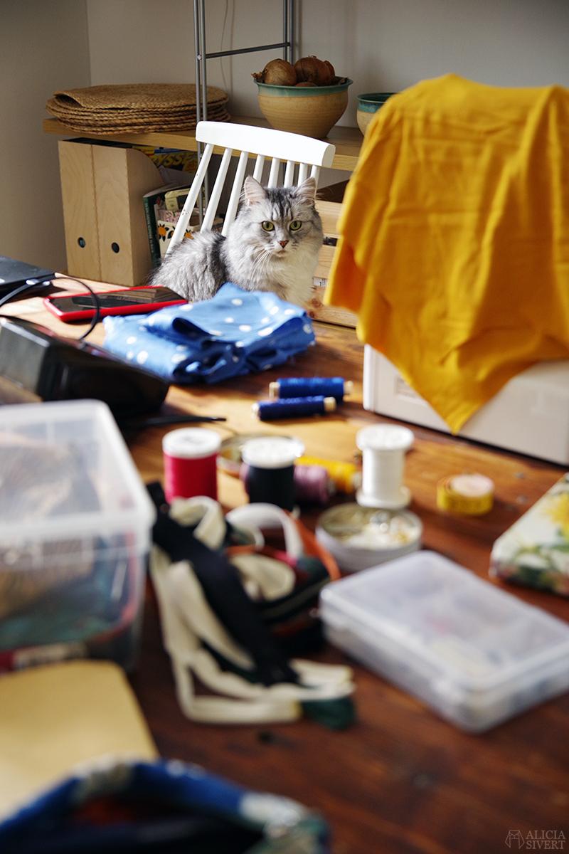 Sybingo20 med Sypeppen. Foto av Alicia Sivertsson - www.aliciasivert.se // sy sybingo sommar kläder klädsömnad katt katten tofslan återbruk återbruksmaterial tyg janome easy jeans