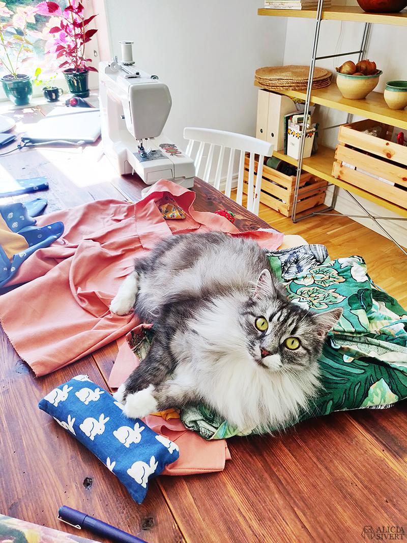 Sybingo20 med Sypeppen. Foto av Alicia Sivertsson - www.aliciasivert.se // sy sybingo sommar kläder klädsömnad katt katten vifslan återbruk återbruksmaterial tyg janome easy jeans