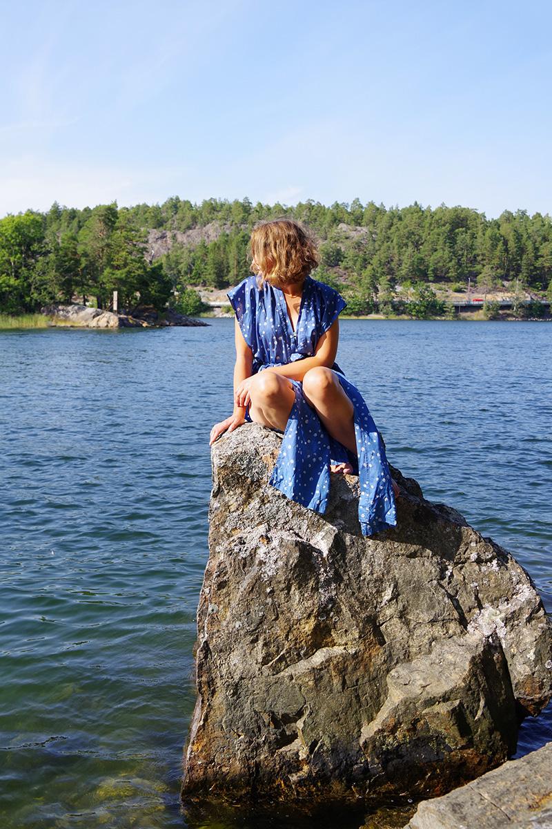 Strandkappa i loppisfyndat siden, för varma sommardagar på stranden. Sydd av Alicia Sivertsson - www.aliciasivert.se Sypeppen, Synbingo 20 sy kläder klädsömnad ärmlös kappa rock badrock strandklänning kaftan sidentyg
