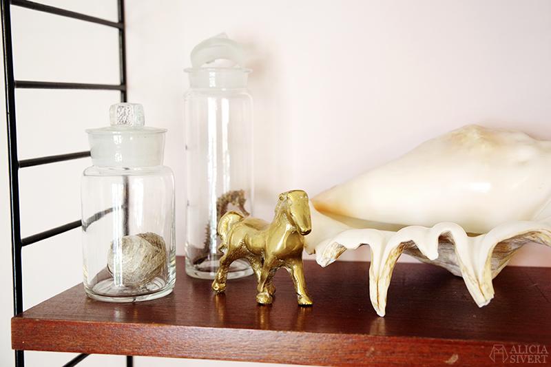 Tack för i sommar, Ateljén - www.aliciasivert.se // hobbyrum ateljé rosa rum tavlor inredning inreda med loppisfynd begagnad begagnat second hand häst i mässing mässingshäst glasburkar snäcka lambis