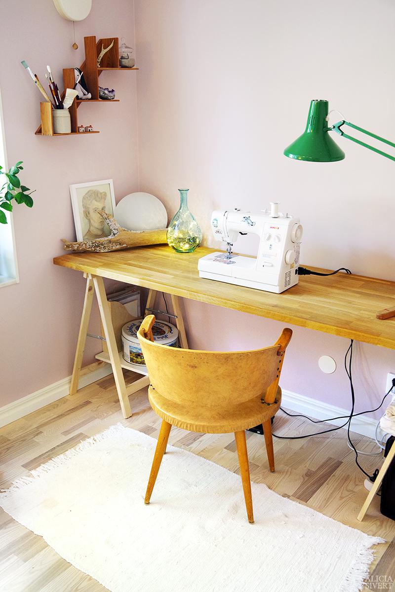 Tack för i sommar, Ateljén - www.aliciasivert.se // hobbyrum ateljé rosa rum tavlor inredning inreda med loppisfynd begagnad begagnat second hand skrivbord bockar bockbord symaskin