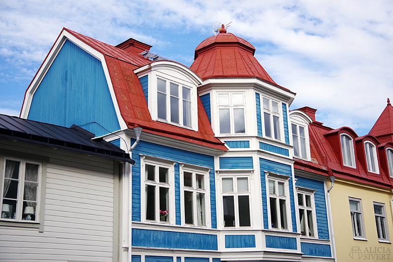 Vaxholm, foto av Alicia Sivertsson - www.aliciasivert.se // hus inspiration husinspiration inspirerande gulliga gamla blått hus muminhus blå