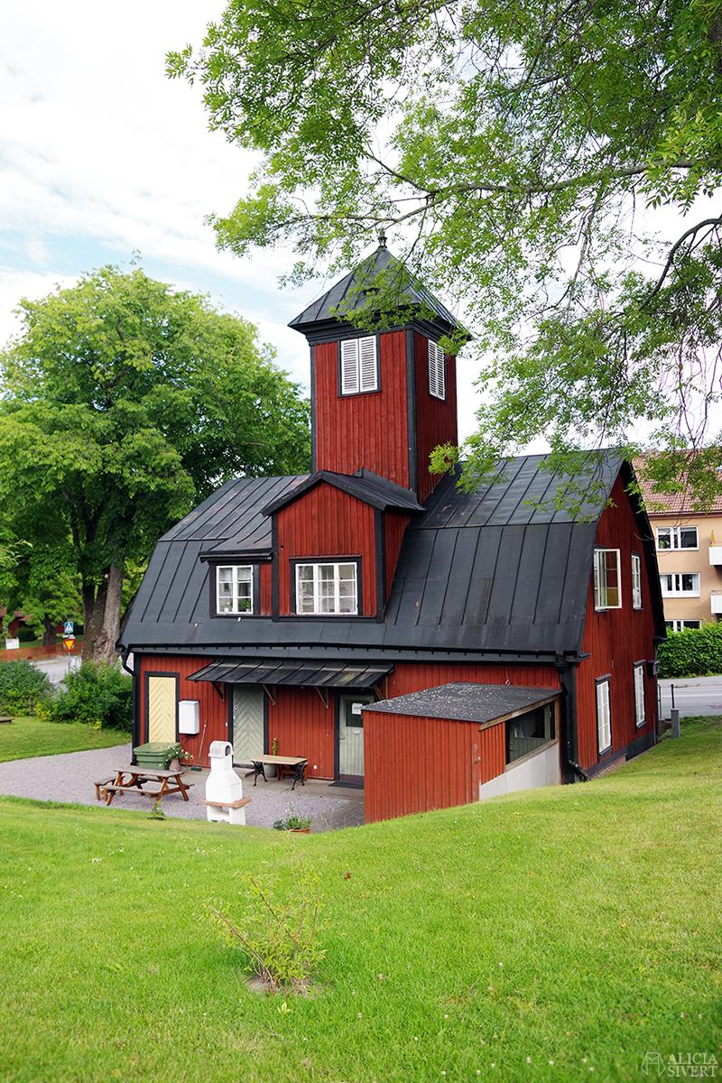 Vaxholm, foto av Alicia Sivertsson - www.aliciasivert.se // hus inspiration husinspiration inspirerande gulliga gamla brandstationen brandstation klockstapel torn