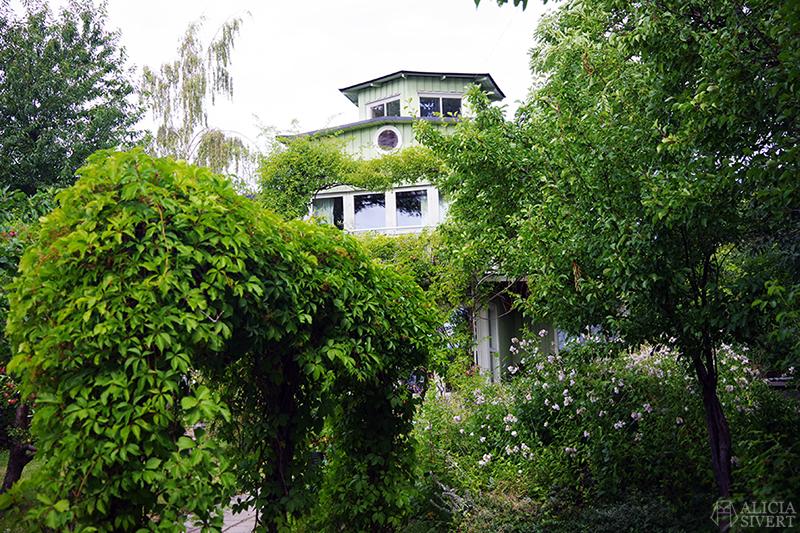 Vaxholm, foto av Alicia Sivertsson - www.aliciasivert.se // hus inspiration husinspiration inspirerande gulliga gamla detaljer detalj snickarglädje grönt lummigt lummig trädgård