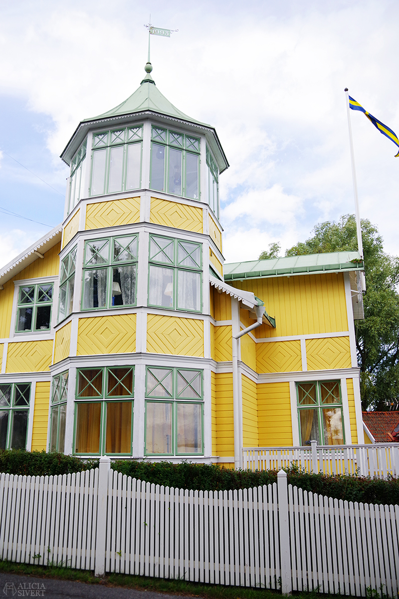Vaxholm, foto av Alicia Sivertsson - www.aliciasivert.se // hus inspiration husinspiration inspirerande gulliga gamla detaljer detalj snickarglädje gult hus med gröna fönster torn veranda