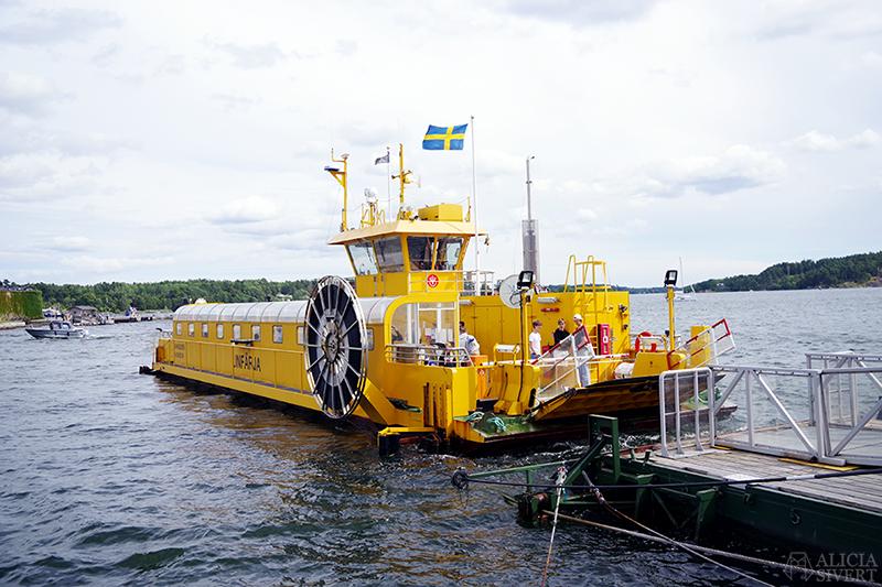 Vaxholm, foto av Alicia Sivertsson - www.aliciasivert.se // kastellet båt gul färja linfärja