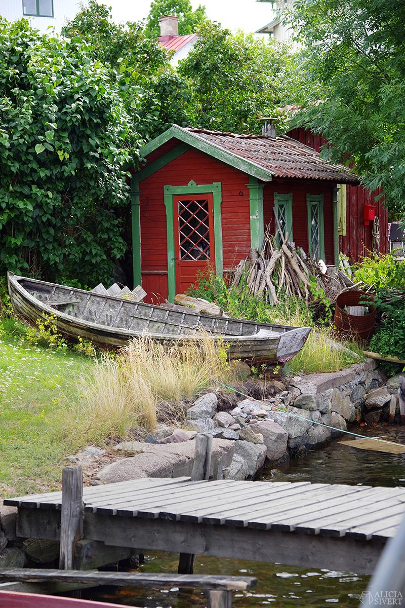 Vaxholm, foto av Alicia Sivertsson - www.aliciasivert.se // hus inspiration husinspiration inspirerande gulliga gamla detaljer detalj snickarglädje röd stuga rött skjul fiskebod bod båt