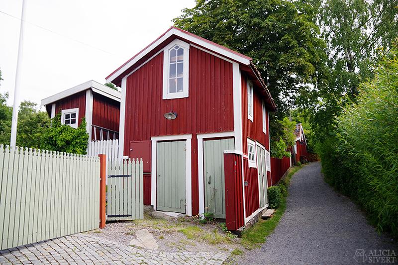 Vaxholm, foto av Alicia Sivertsson - www.aliciasivert.se // hus inspiration husinspiration inspirerande gulliga gamla rött hus gröna dörrar grön dörr ljusgrön