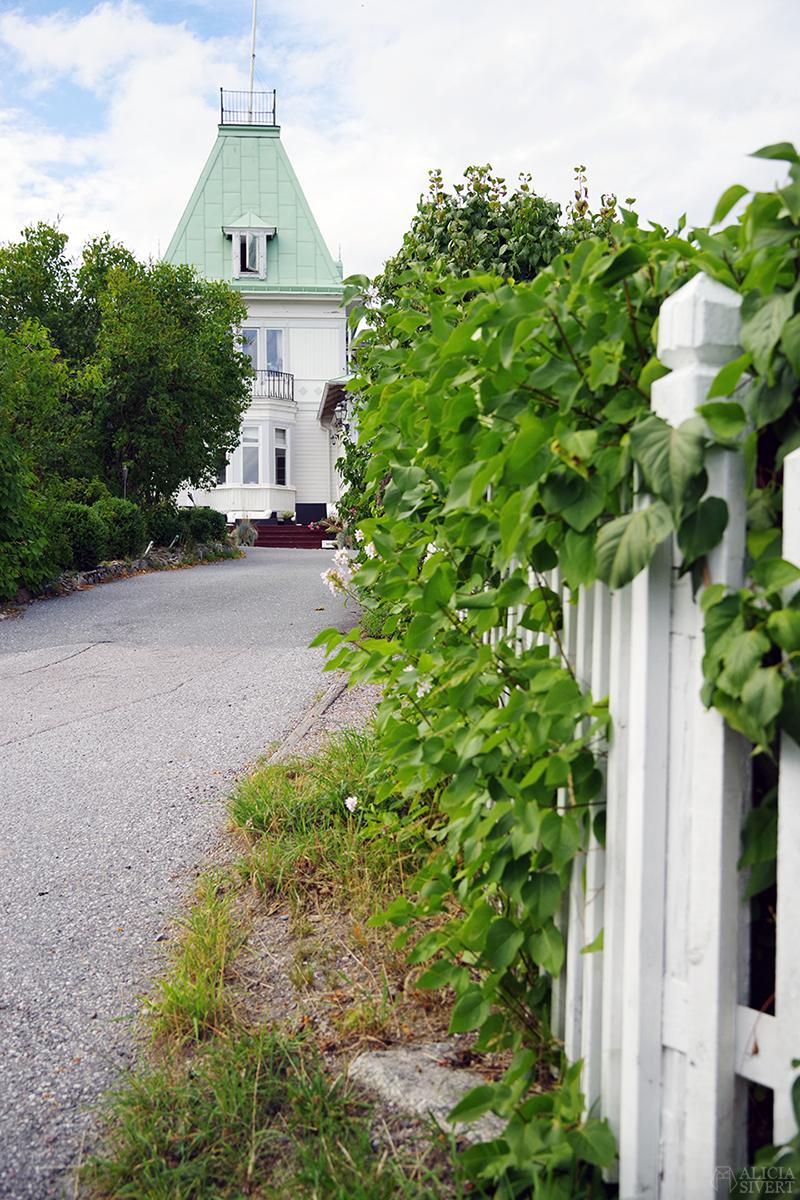 Tornvillan på Vaxholm, foto av Alicia Sivertsson - www.aliciasivert.se // hus inspiration husinspiration inspirerande gulliga gamla vitt hus med torn villa