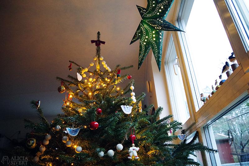 Julgranen 2020 - www.aliciasivert.se // loppis loppisfynd loppisfyndat julpynt begagnad begagnat gammeldags Pettson jul pynt gran julgranspynt pynta granen
