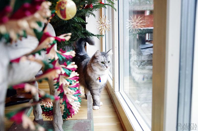 Katten Tofslan under julgranen 2020 - www.aliciasivert.se // loppis loppisfynd loppisfyndat julpynt begagnad begagnat gammeldags Pettson jul pynt gran julgranspynt pynta granen katt katter