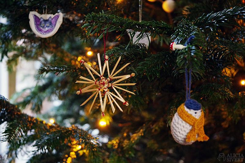 Halmstjärnor i julgranen 2020 - www.aliciasivert.se // loppis loppisfynd loppisfyndat julpynt begagnad begagnat gammeldags Pettson jul pynt gran julgranspynt pynta granen halm stjärna virkad snögubbe kristyränglar kristyrkatter