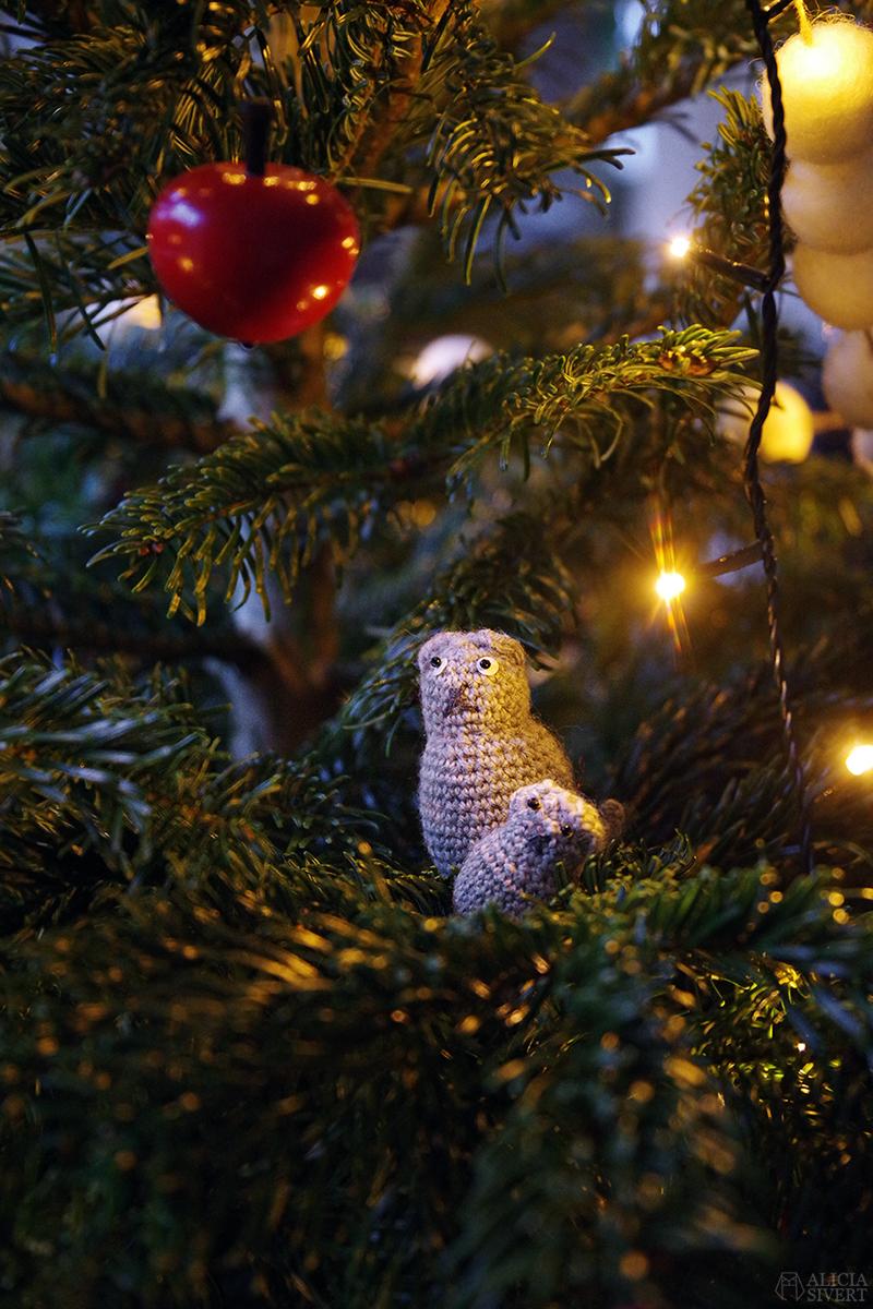 Virkade vifslor i julgranen 2020 - www.aliciasivert.se // loppis loppisfynd loppisfyndat julpynt begagnad begagnat gammeldags Pettson jul pynt gran julgranspynt pynta granen virkade katter virkad katt