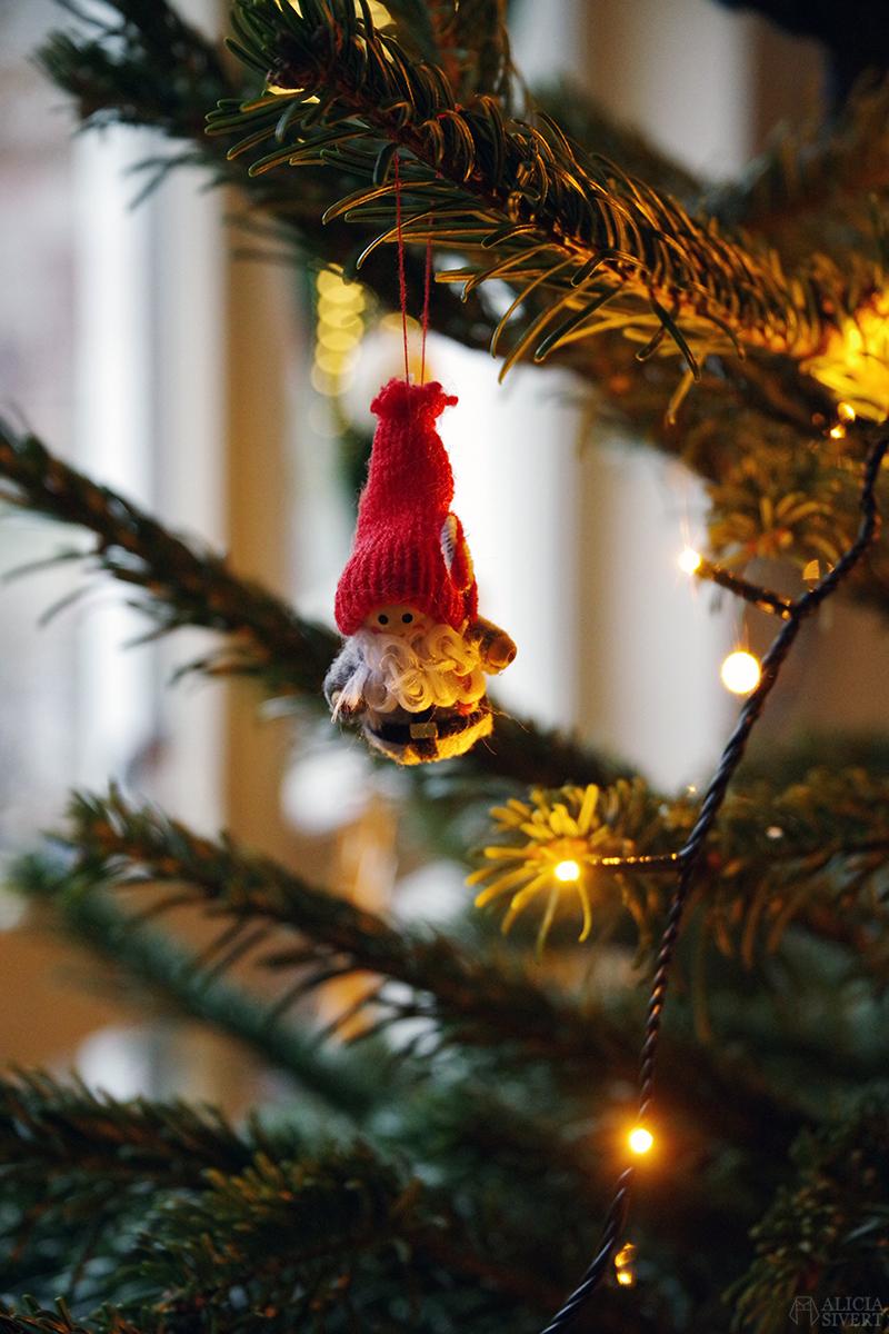 Begagnad tomte i julgranen 2020 - www.aliciasivert.se // loppis loppisfynd loppisfyndat julpynt begagnad begagnat gammeldags Pettson jul pynt gran julgranspynt pynta granen