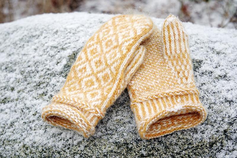 Vanten Sanda - www.aliciasivert.se // Stickad vante i gult och vitt tumvante tumvantar vante sticka saffransgult lettlopi yllevantar ullvantar mönster av Maja Åkerström
