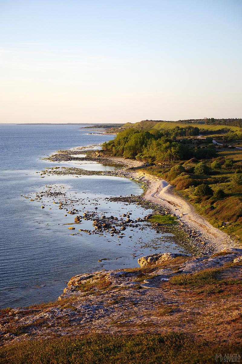Utsikt över havet och strandkanten från Hoburgens klippor. Gotland i juni - www.aliciasivert.se