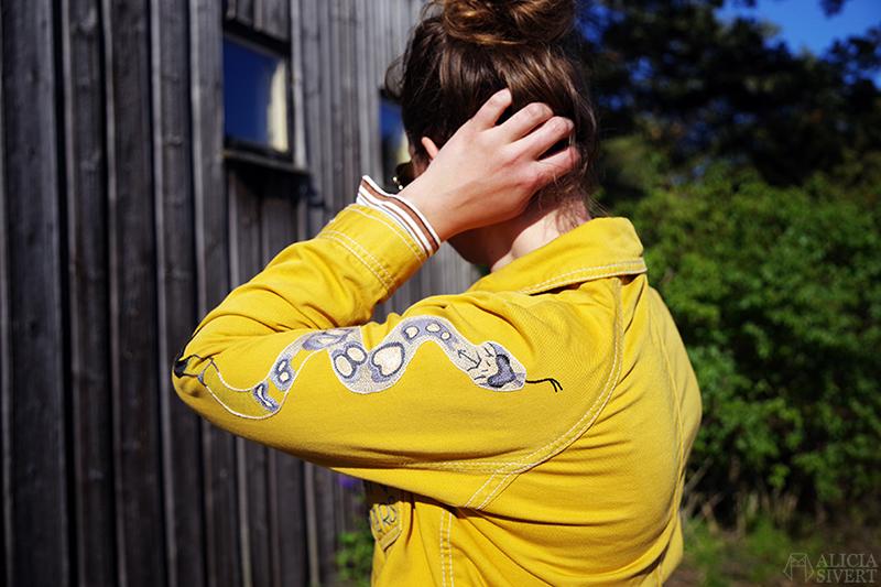 Gula västernjackan (nästan) ett år - www.aliciasivert.se // gul jacka broderad med vilda västern-motiv av Alicia Sivertsson embroidery broderier brodera på kläder orm skallerorm på ärm jackärm black-tailed rattlesnake sleeve kedjestygn chain stitch