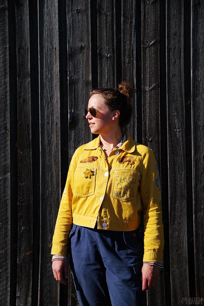 Gula västernjackan (nästan) ett år - www.aliciasivert.se // gul jacka broderad med vilda västern-motiv av Alicia Sivertsson embroidery broderier brodera på kläder bisonoxe bisonoxar bison oxe ox sheriff star sheriffstjärna badge pin flash pan hunters